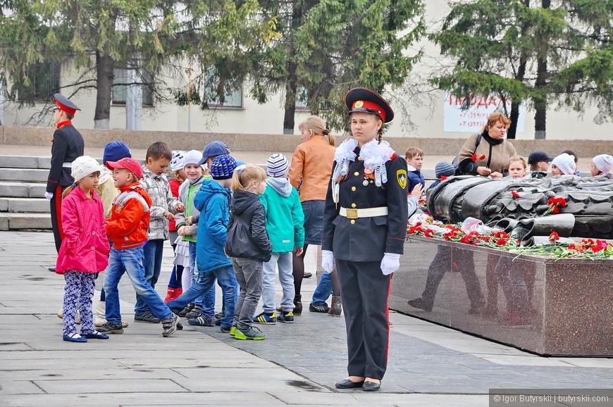 33. Девочка-курсантка хорошо держалась, не уступала парням. Хотя на улице было довольно прохладно и моросил дождь.