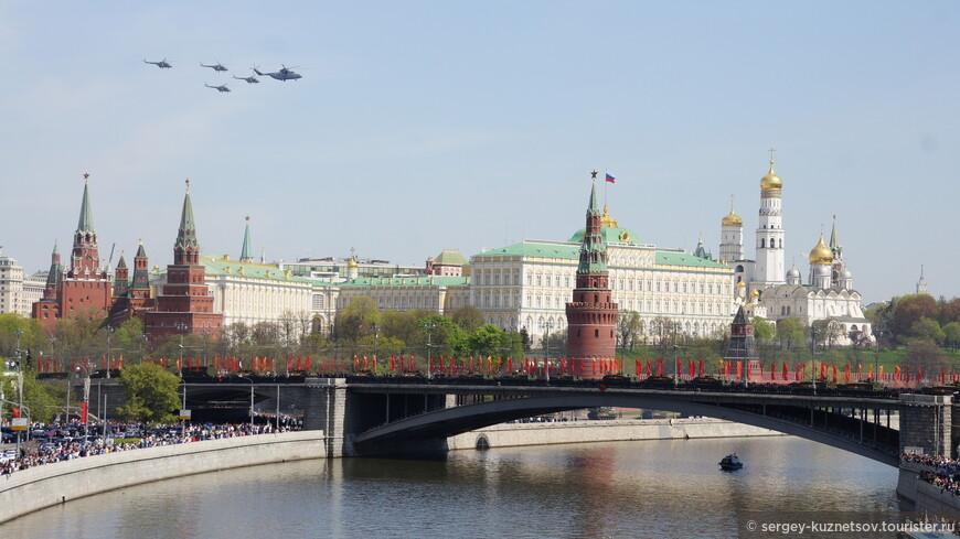 Открыл воздушную часть парада главком ВВС генерал-полковник Виктор Бондарев на стратегическом бомбардировщике-ракетоносце Ту-160 «Белый Лебедь». Это не попало на фотоаппарат, но есть на видео.