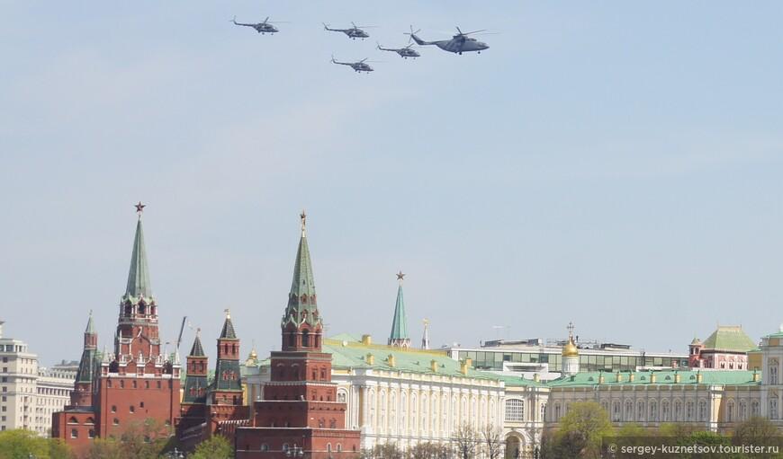 Затем над Кремлем появились вертолеты. Группа из четырех вертолетов возглавлялась большим транспортным вертолетом.