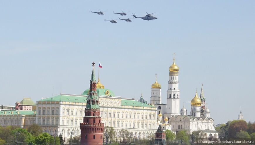Конечно, основным преимуществом этого и последующих ракурсов было наличие в нем Большого Кремлевского Дворца, Кремлевских соборов и башен Кремля.