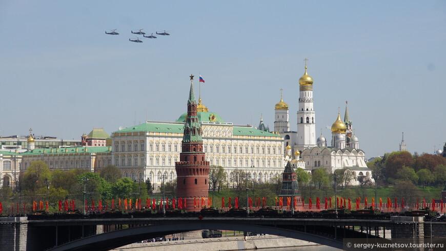 Вертолеты КБ Камова над Кремлем. В это время на Большом Каменном мосту продолжает движение военная техника.