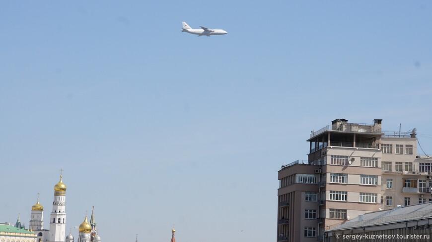 """Тяжелый транспортный самолет Ан-124 """"Руслан"""" попал в кадр на фоне Ивана Великого и Дома на Набережной."""