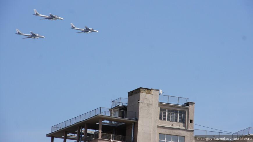 Звено из трех самолетов дальней авиации Ту-95 над Домом на Набережной.