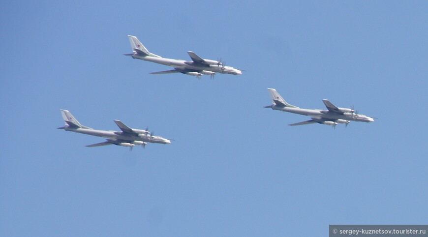 """Это - те самые самолеты, которые возобновили патрулирование границ России и наделали столько шума в руководстве стран НАТО. Они снова летают """"за угол""""."""