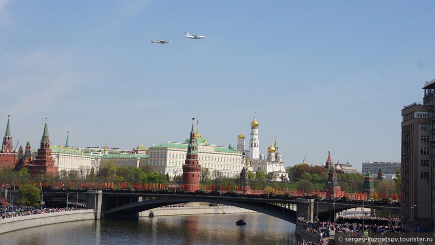 Имитация дозаправки Ту-95 от Ил-76 над Кремлем.