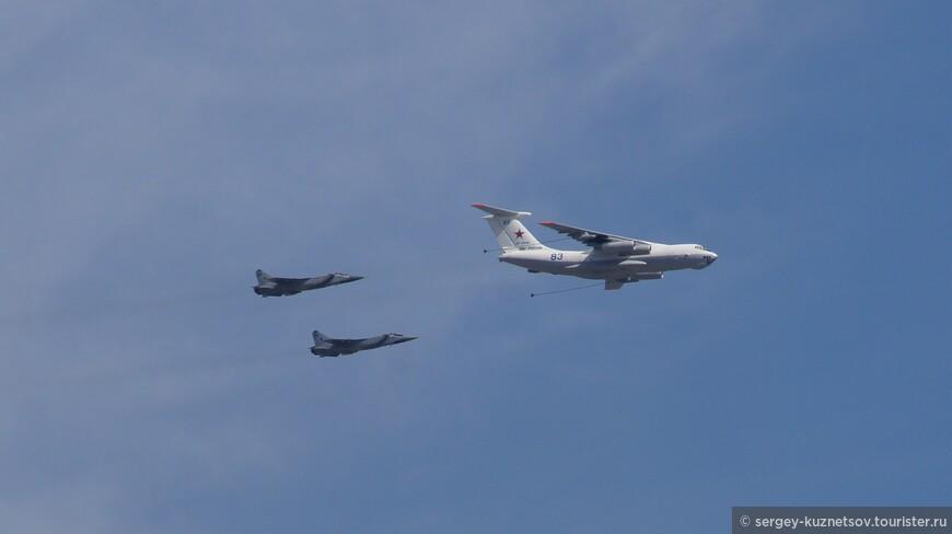 Всего в параде приняли участие около 150 самолетов, включая тяжелый дозаправщик Ил-78.