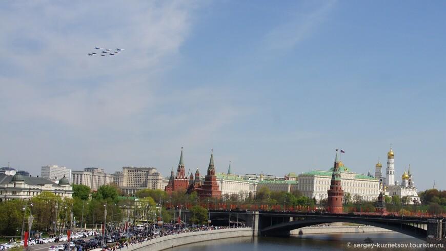 В торжествах также приняли участие пилотажные группы «Русские Витязи» и «Стрижи», продемонстрировавшие знаменитый «кубинский бриллиант» в составе девяти истребителей Су-27 и МиГ-29. Лётчики авиагруппы «Соколы России» Липецкого авиацентра показали воздушное построение «тактическое крыло» в составе 10 самолётов.