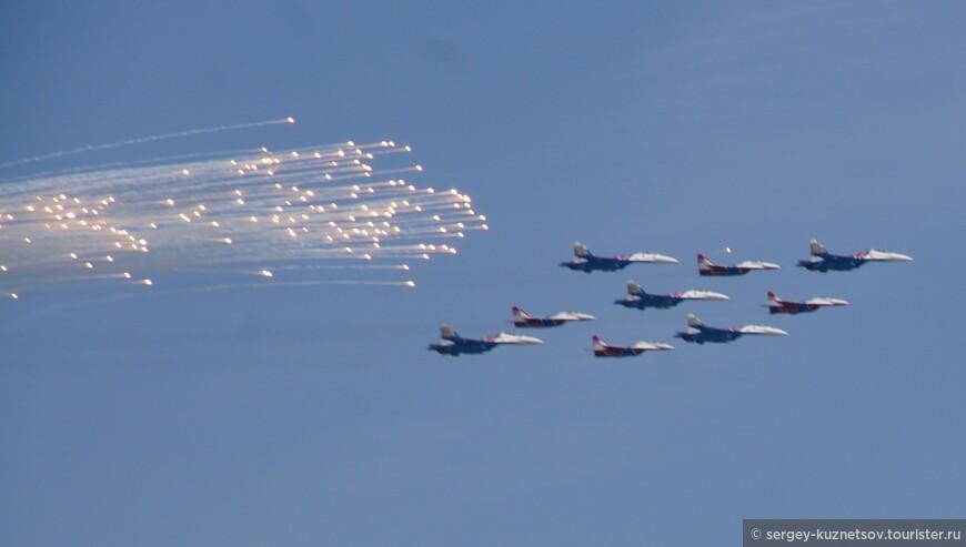 Самолеты устроили фейерверк из средств защиты от ПВО противника.