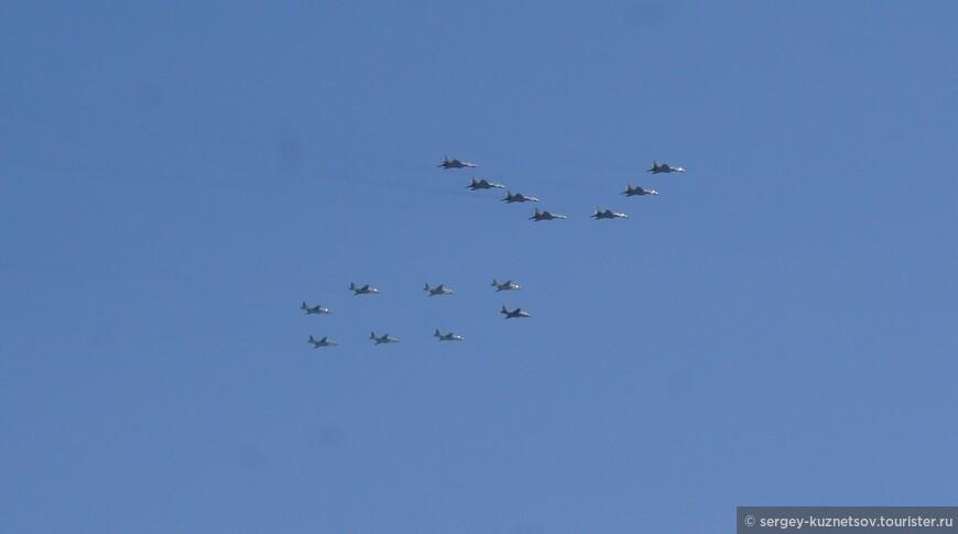 В заключение парада был продемонстрирован строй самолетов в форме числа 70 в честь годовщины Победы. Последними пролетели самолеты, распылившие над Москвой трехцветный российский флаг. Это в кадр фотоаппарата не попало, зато хорошо видно на видео.