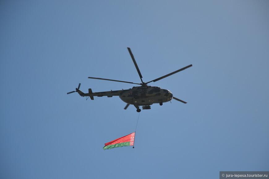Советская звезда на вертолете и белорусский флаг.