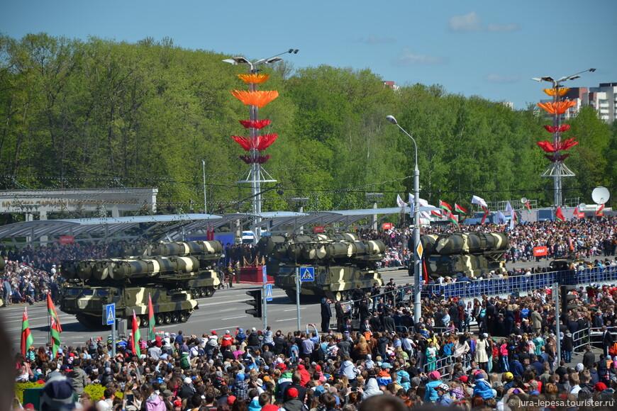 Парад начался с объезда войск. Потом была объявлена общенациональная минута молчания. Сыграли гимн, с речью выступил главнокомандующий.