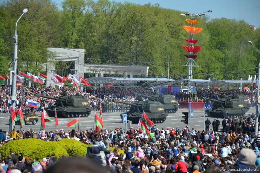 В параде принимали участие более 5000 военнослужащих и около 250 единиц колесной и гусеничной техники