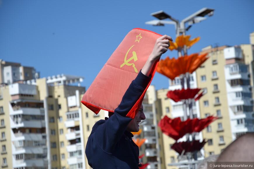 Молодежь с флагом СССР.