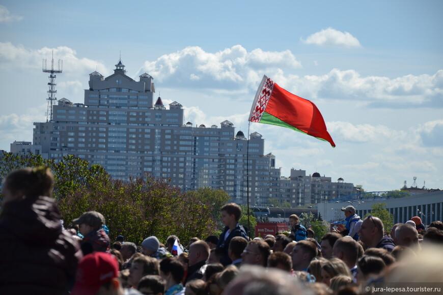 Были и те,кто пришел с национальным флагом по собственной инициативе.