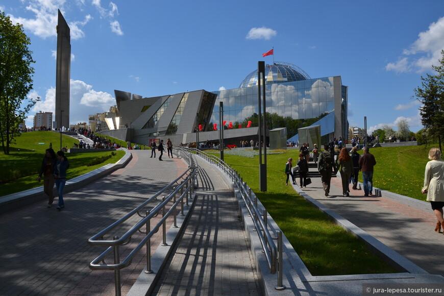 А это сам музей,украшает его Советский флаг.