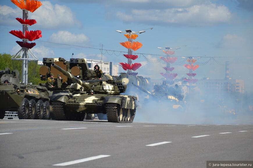 Перед трибунами, сразу же сделали акцент ведущие, «пройдут воины и техника нашего основного стратегического союзника — Российской Федерации».