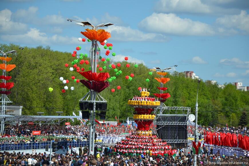 400 человек сформировали композицию под названием «Белорусская ваза».