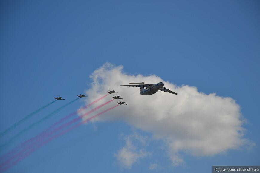 Воздушный парад: самолеты и вертолеты пилотировали лучшие летчики России и Беларуси.
