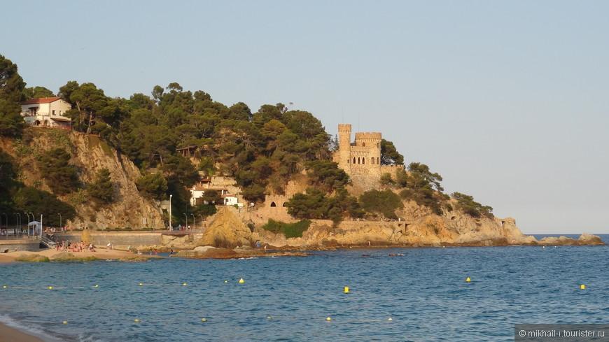 Мы попадаем на центральный пляж города. Отсюда открывается вид на одну из основных достопримечательностей города - замок, построенный местным промышленником в 30-х годах 20 века, стилизованный под средневековую крепость.