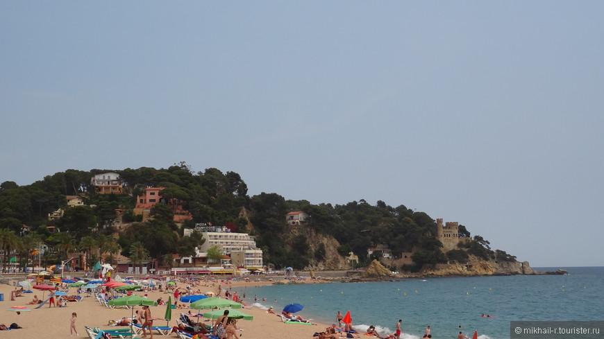 Центральный пляж - самый большой в Льорете, но не единственный. Есть еще несколько пляжей дальше по побережью, в других районах города. Они расположены в живописных бухтах, отделенных друг от друга скалистыми мысами. Все пляжи муниципальные, бесплатные, желающим можно взять на прокат лежаки и зонтики, естественно не бесплатно. Пляжи песчаные, но песок крупный, по размеру напоминает гречневую крупу, босиком ходить по нему вполне комфортно, а вот в открытой обуви неудобно. Заход в море крутой, глубина нарастает очень быстро, поэтому купание здесь не подойдет для маленьких детей и людей неуверенно чувствующих себя в воде.
