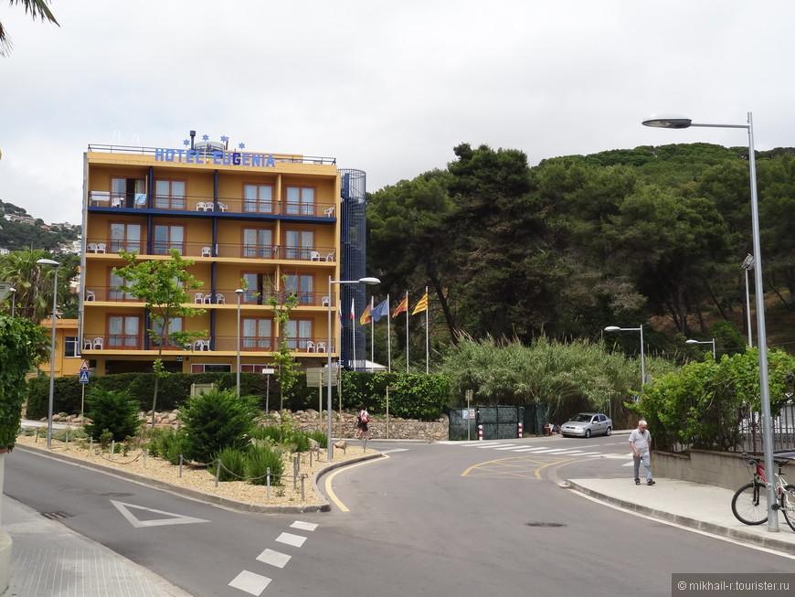 Это тот самый отель Eugenia в котором я остановился, про него оставил отдельный отзыв. С него и начнем наши прогулки по городу. А пойдем мы в первую очередь, как и делает большинство туристов, в сторону моря.