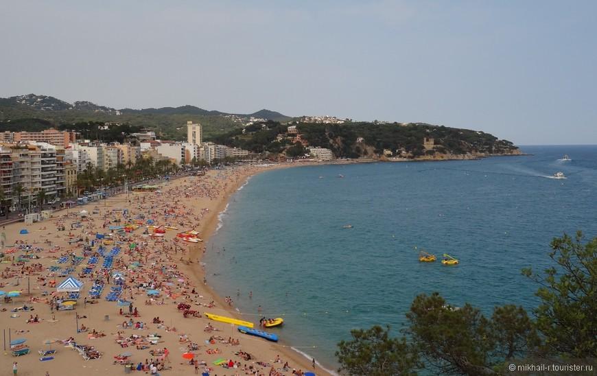 Общий вид центрального пляжа и набережной. На пляже уже многолюдно, но купающихся не много, т.к. в конце июня вода была еще достаточно прохладной.