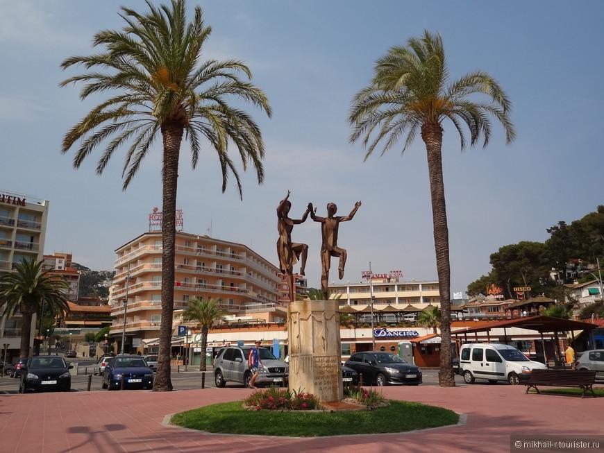 Выходим к морю как раз у памятника каталонскому национальному танцу - сардане. Мне посчастливилось увидеть, как 23 июня здесь отмечался праздник Сан-Жоан, и группа местных жителей исполняла этот танец вокруг монумента.