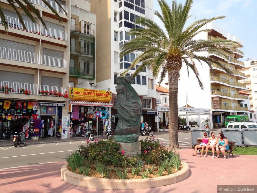 На набережной установлены различные скульптуры.