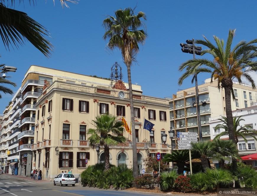 Так же на набережной располагается городская ратуша.