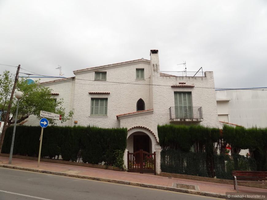 По пути к морю, вниз по улице Avinguda de Pau Casals кроме множества отелей, попадаются вот такие традиционные испанские дома со ставнями на окнах.