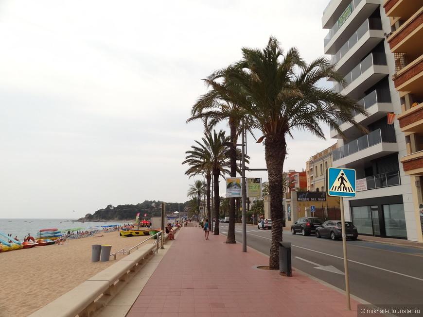 Вдоль всего центрального пляжа протянулась набережная. По которой мы и продолжим свою прогулку по городу.