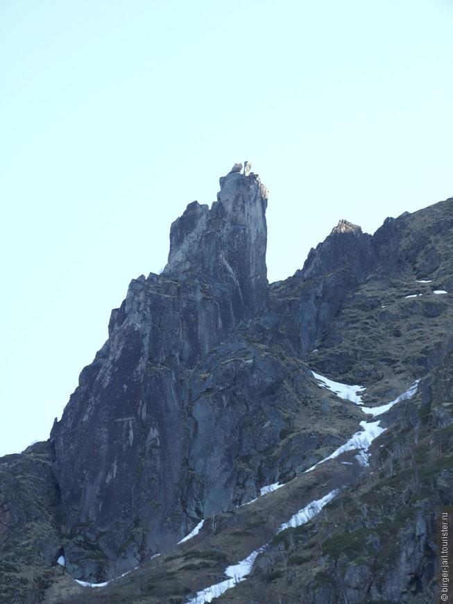 """Svolvaer Geita - Скала """"Козьи рога"""". Одна из достопримечательностей Свольвера, любимое место скалолазов для прыжков с одного рога на другой. Высота скалы 569 метров."""