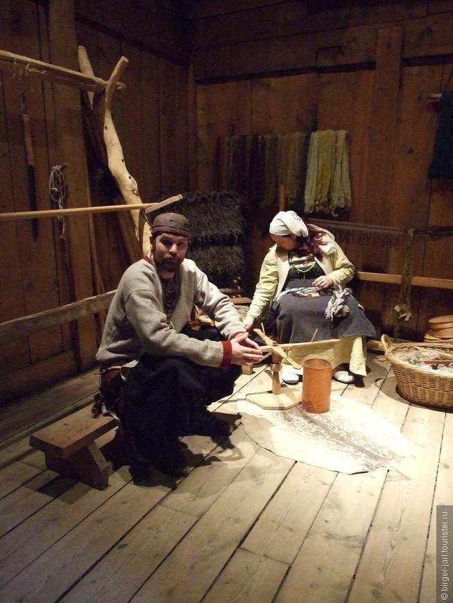 Гиды в исторической одежде ремесленников охотно рассказывают о быте викингов.