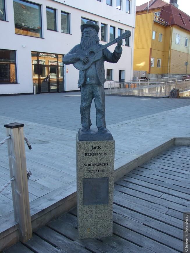 Памятник норвежскому филологу, автору и исполнителю  кантри-песен Джеку Бернтсену.