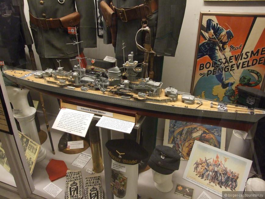 """Много экспонатов музея посвящено немецкому военно-морскому флоту. Есть предметы с линкора """"Тирпиц"""". На фото модель тяжёлого крейсера  """" Blucher """"."""