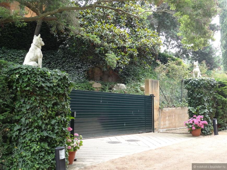 За этими воротами приватная часть территории садов, закрытая для посетителей, там находится вилла маркиза Ровиральта.
