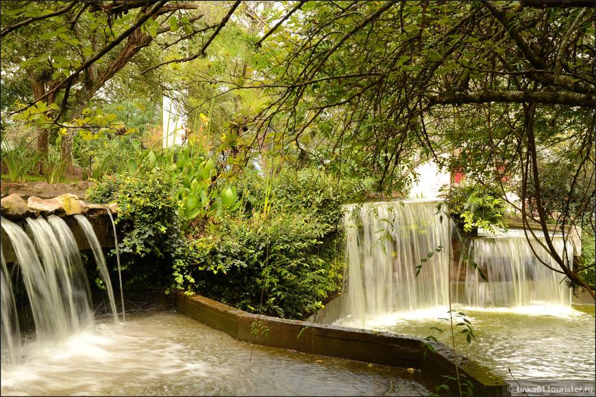 На вершине холма разбит небольшой парк с каскадами и водопадами.