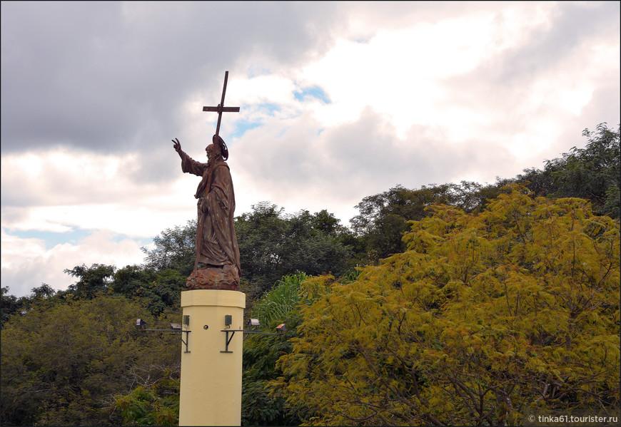 А вот и сам Святой Бернардо приветствует нас на вершине холма.