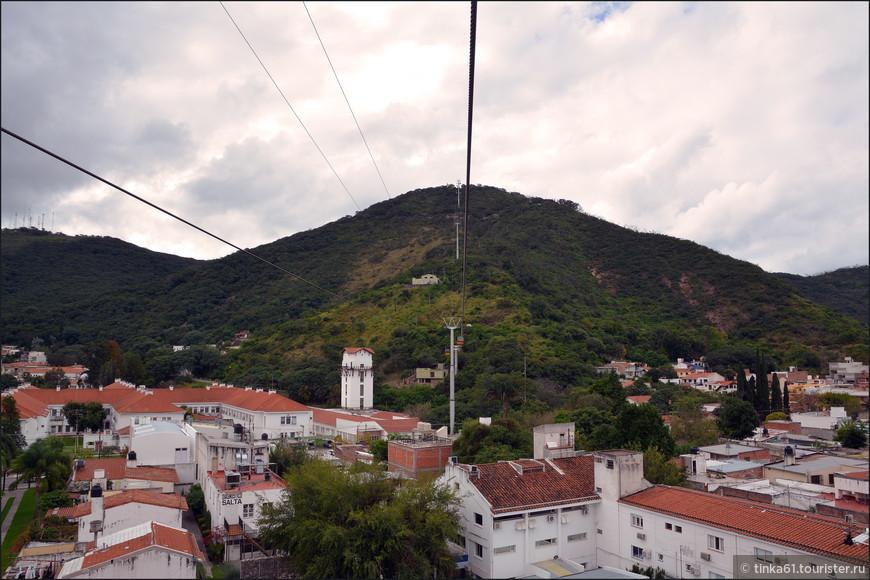 Вид снизу на холм Святого Бернарда.