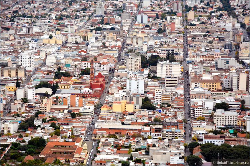 Сверху хорошо видна четкая планировка города.