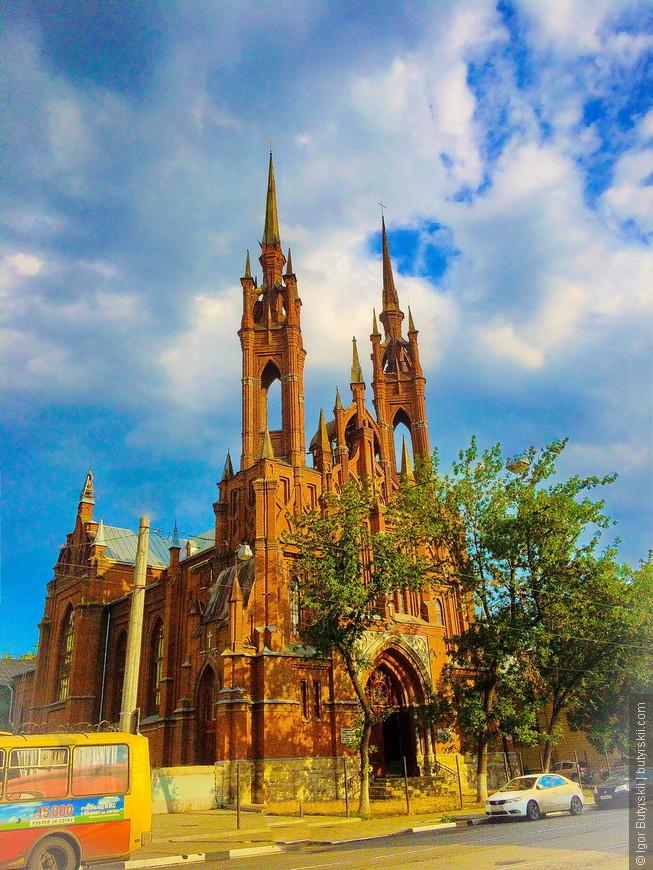 06. 31 мая 2000 года на шпили храма были водружены кресты.