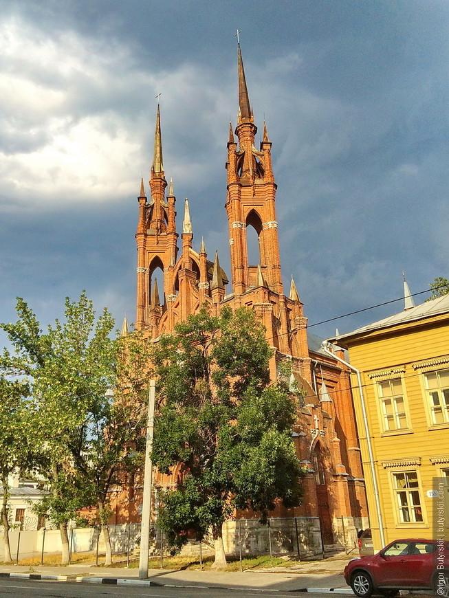 07. Храм является неоготической псевдобазиликой. Храм имеет форму креста, с поперечным трансептом, в три нефа. Фасад украшен пинаклями. Высота башен — 47-метров.