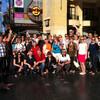 Группа туристов на Аллее Звезд перед театром Долби