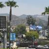 Вид на буквы Hollywood из торгово-развлекательного центра Голливуд&Хайланд