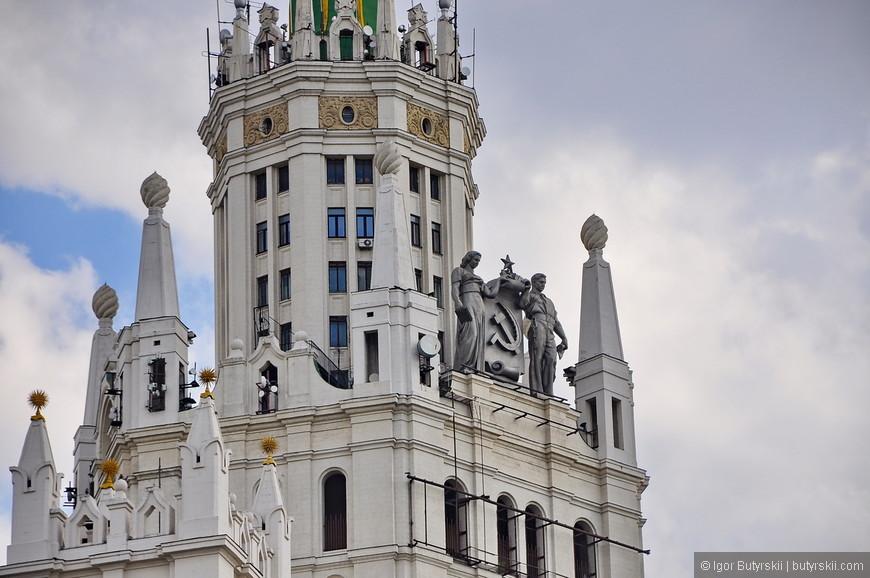 02. Всего в комплексе зданий располагается 700 квартир. Этот дом является одним из самых известных высоток из-за своего местоположения, и появляется на многих кадрах центра столицы.