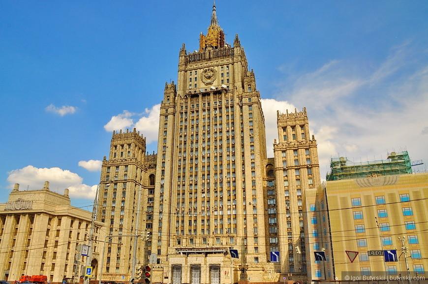 06. Здание Министерства иностранных дел России. Высота 172 метра, 27 этажей. Наверное, самая мрачная из всех высоток.