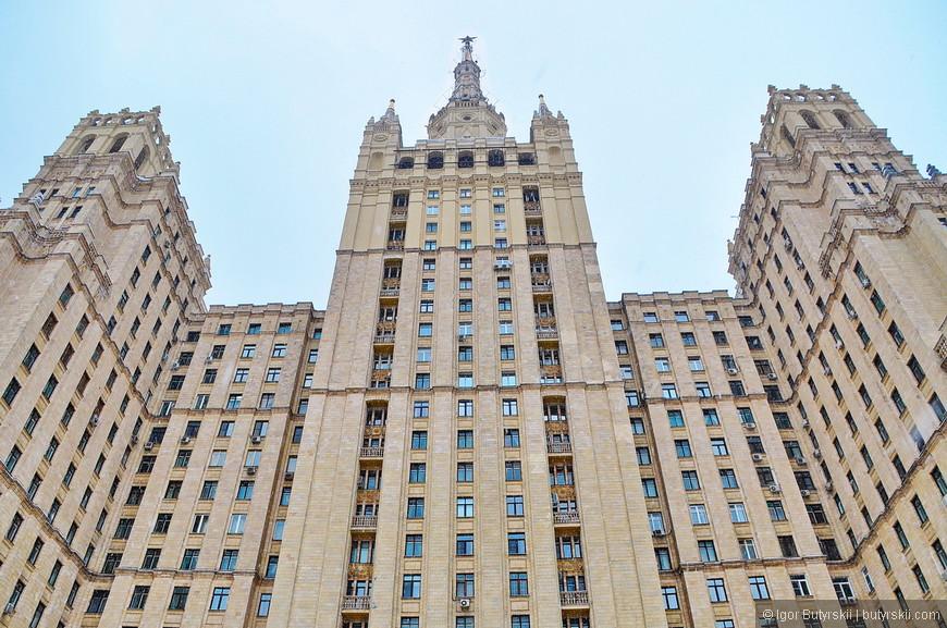 10. Дом на Кудринской площади. Высота 156 метров, 24 этажа. Всего в доме 450 квартир. В подвалах располагаются подземные гаражи, ранее в здании было казино, но оно закрылось в 2004 году.