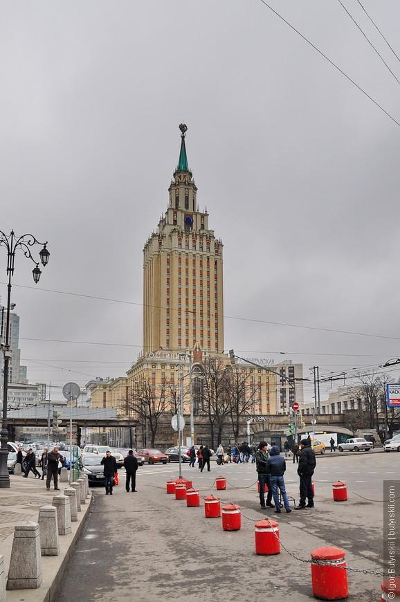 18. Здание располагается на площади трех вокзалов, что очень удобно для постояльцев. Но сфотографировать с удобного ракурса башню не представляется возможным.