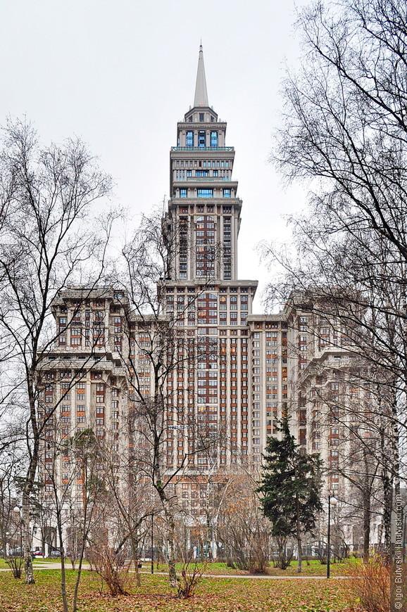 22. В Москве в 2006 году закончили постройку здания Триумф Палас высотой в 264 (61 этаж), отчасти напоминающего «Семь сестер».