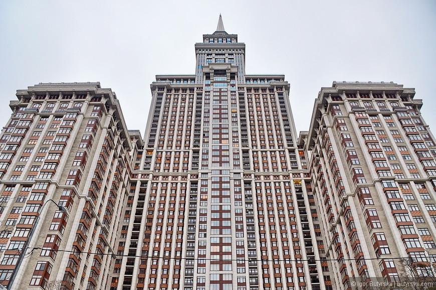 23. Архитектурно здание Триумф-Паласа, конечно, отличается от «Семи сестёр», но все же издали есть, что-то общее.
